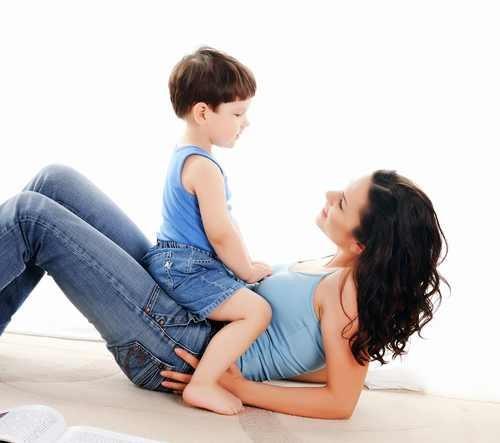 Opieka nad dzieckiem wymaga zespołowego działania mamy, taty i dziadków/ fot. Fotolia
